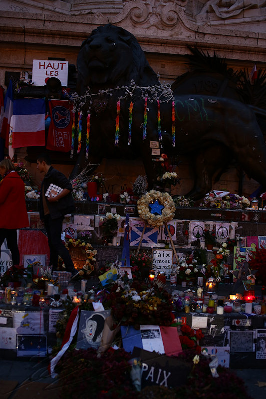 reportage 2015 décembre france paris nuit night ville lumière city of light capitale guerre terrorisme attentats 13 novembre place de la république liberté égalité fraternité marché de noël champs élysées hommage statue mémorial gens people recueillement recollection pray for paris drapeau flag bougies candles lion black noir